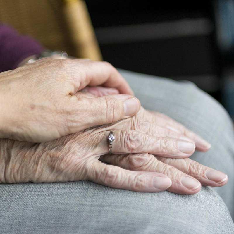 Eine Hand, die die andere hält.