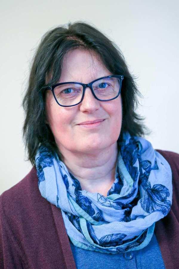 Babette Brokmeier. Eine Frau mit schulterlangem, dunklem Haar und Brille.