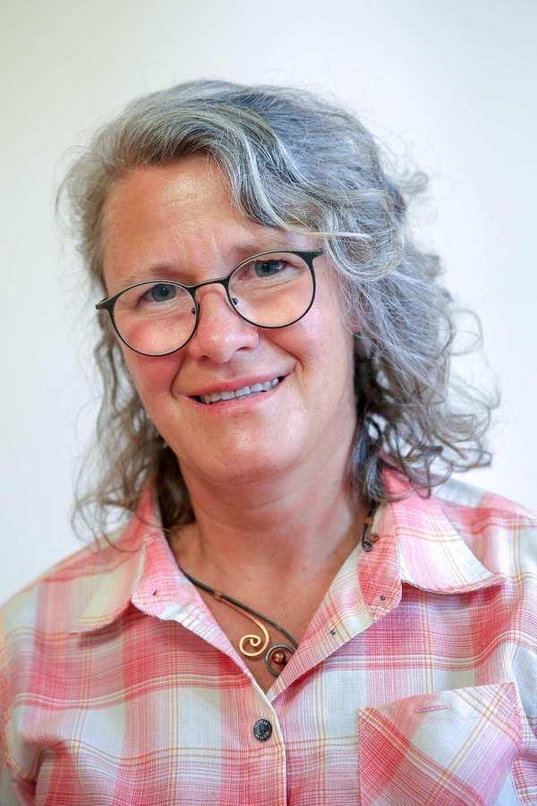 Karoline Kopp. Eine Frau mit schulterlangen, grauen, gelockten Haaren und Brille.