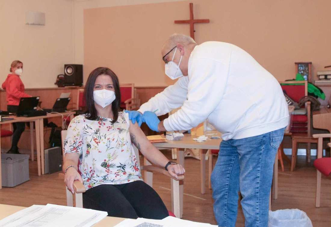 Die Einrichtungsleiterin erhält ihre Corona-Impfung.
