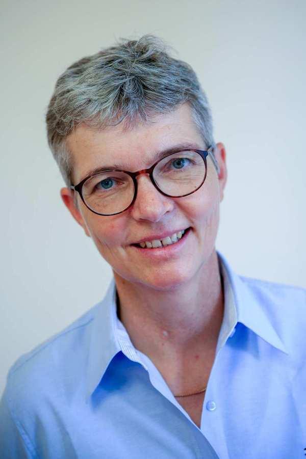 Claudia Steubing. Eine ältere Frau mit kurzen grauen Haaren und Brille.