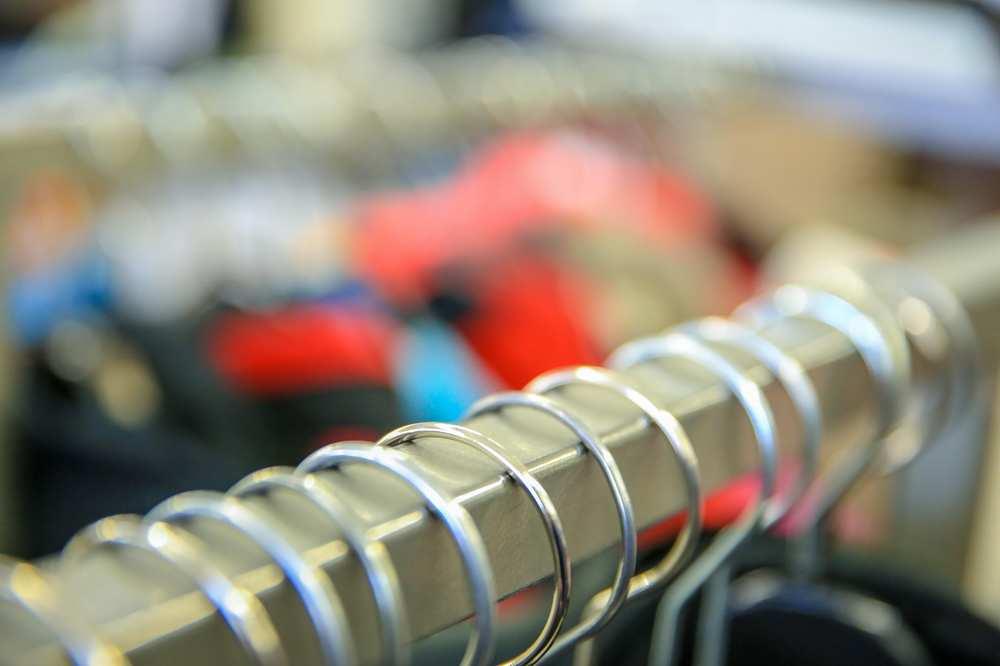 Eine Metallstange mit aufgereihten Kleiderbügeln.
