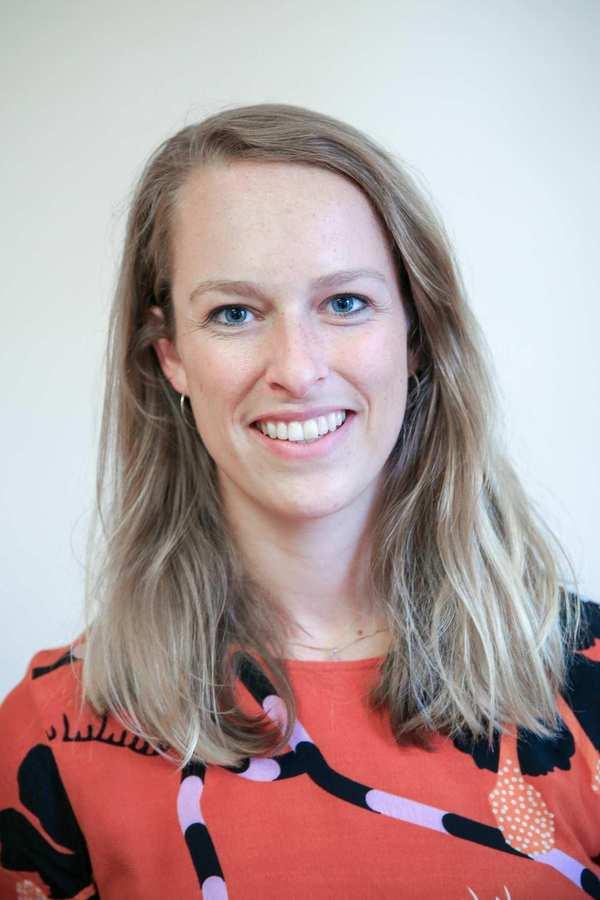 Anna Thiel. Eine Frau mit langen blonden Haaren.