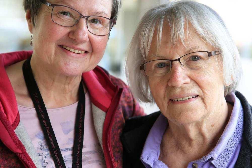Zwei Frauen, ehrenamtliche Mitarbeiterinnen der Fundgrube, stehen nebeneinander.
