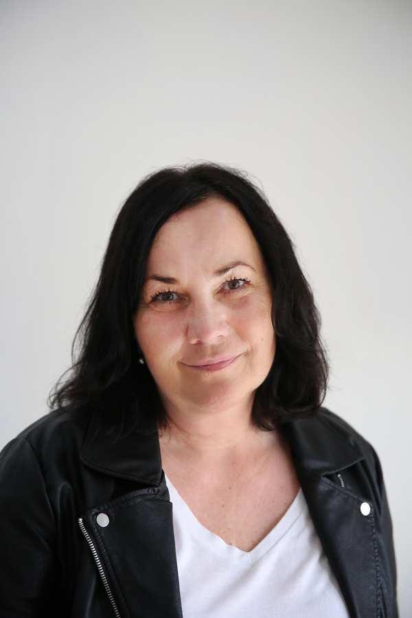 Alexandra Meyer. Eine Frau mit schulterlangen schwarzen Haaren.