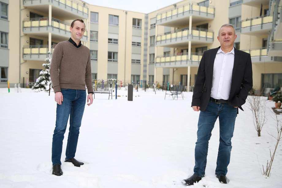 DNE Catering Geschäftsführer Christian Ewaldt mit Rene Hummel, dem kaufmännischen Leiter im Innenhof des Karl-Heller-Stiftes in Röthenbach an der Pegnitz