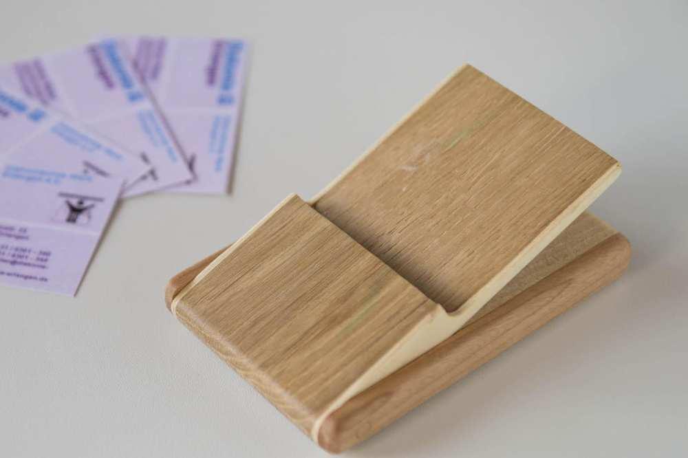 Eine Halterung für Visitenkarten aus hellem Holz.