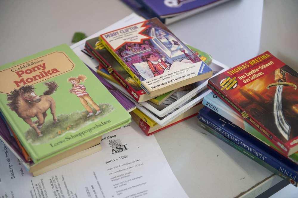 Drei Stapel mit Jugendbücher. Auf dem Titelbild eines Buches ist ein Mädchen mit einem Pferd abgebildet.