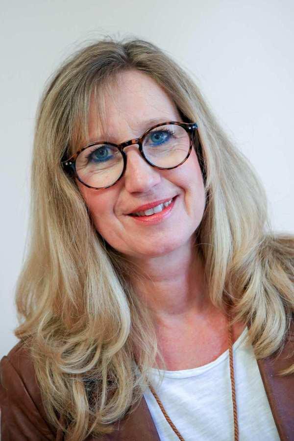 Alexandra Bendrich. Eine Frau mit langen blonden Haaren und Brille.