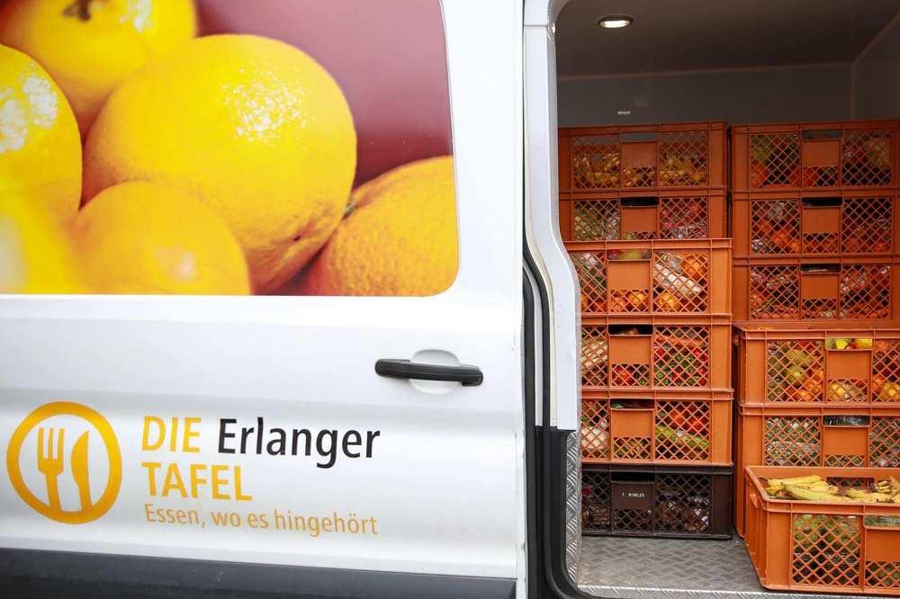 Viele Kisten voller gespendeter Lebensmittel stapeln sich im Tafel-Transporter.