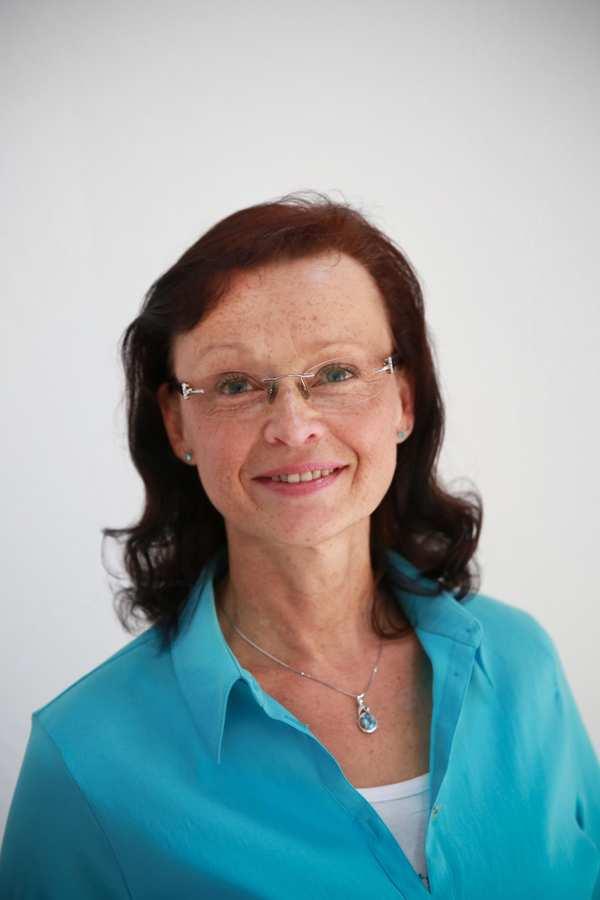 Daniela Zabel. Eine Frau mit schulterlangem braunen Haar und Brille.